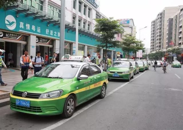 河源汽车总站的站前广场,出租车整齐停候.